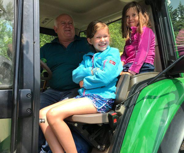 Mit dem Seniorchef auf dem Traktor